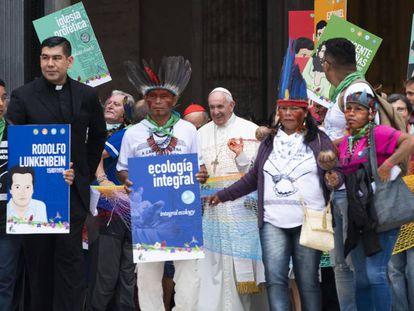 Papa Francisco caminha ao lado de índios durante os eventos do Sínodo da Amazônia, reunião de três semanas aborda a preservação da floresta