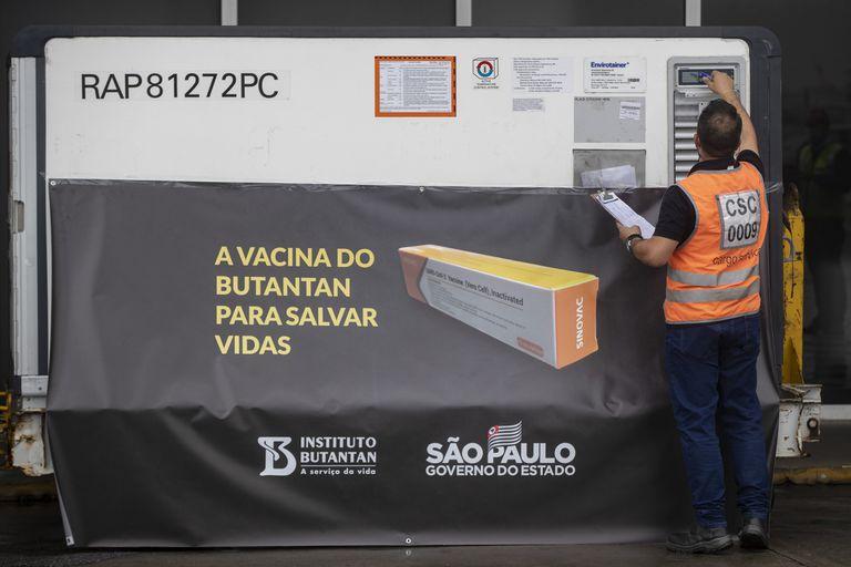 Container vindo da China com vacinas experimentais Coronavac no aeroporto de Guarulhos, no dia 19 de novembro.