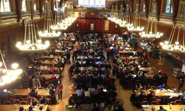 Os estudantes evacuados refugiaram-se no Annenberg Hall da universidade de Harvard.