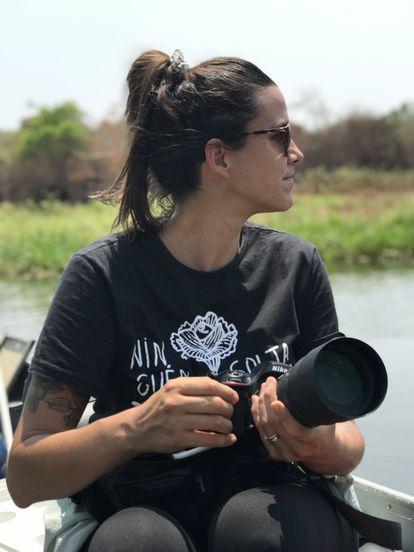 A pesquisadora Luciana Leite, fotografada no rio São Lourenço, no Pantanal, onde foi voluntária contra os incêndios neste verão