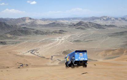 Um caminhão percorre as dunas durante o Rali Dacar 2014.