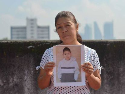 María Francisca Esteban Hernández segura uma foto de seu filho desaparecido.