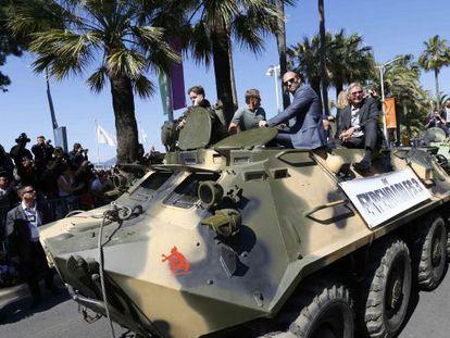 Arnold Schwarzenegger, Jason Statham e Harrison Ford, em um dos três tanques que desfilaram pela Croisette para apresentar Os Mercenários 3.