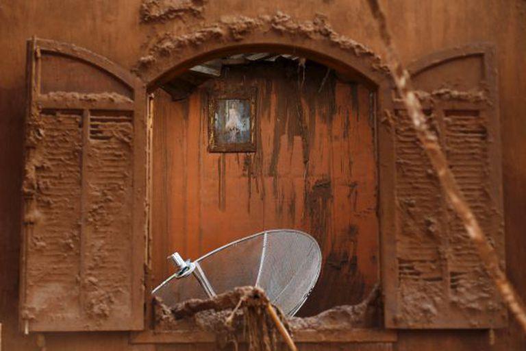 Casa atingida pelo mar de lama em Mariana.
