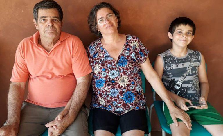 Seu Luiz Castro, com a mulher Ivaneth e um dos filhos, Davi.