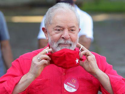 O ex-presidente Luiz Inácio Lula da Silva durante votação no primeiro turno das eleições municipais em São Bernardo do Campo, São Paulo.