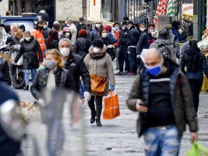 Cidadãos com máscaras em uma rua de Nápoles, na sexta-feira.