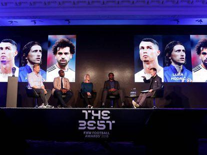 Os ex-jogadores Peter Schmeichel, Campbell, Kelly Smith e Kanu durante o anúncio dos três melhores.