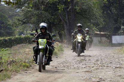 Policiais venezuelanos patrulham perto da ponte Tienditas, nesta quarta-feira.