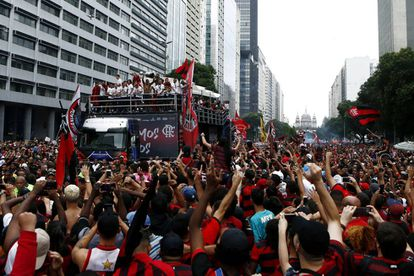 Torcedores do Flamengo celebram no centro do Rio a vitória na Libertadores.