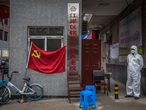Wuhan (China), 30/03/2020.- A man wearing a full protective gear stands at an entrance to a residential area, in Wuhan, China, 30 March 2020. Wuhan, the epicenter of the coronavirus outbreak, partly lifted the lockdown allowing people to enter the city after more than two months. Chinese authorities eased the quarantine measures as cases of Covid-19 across China have plummeted, according to Chinese government figures. EFE/EPA/ROMAN PILIPEY