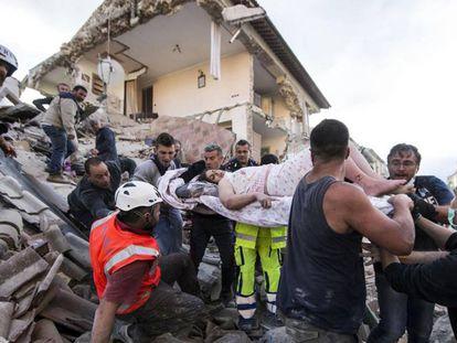 Resgate de uma sobrevivente em Amatrice.