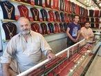 Mohsen Kayumi, con sus hijos, en la tienda de venta de oro de su propiedad.