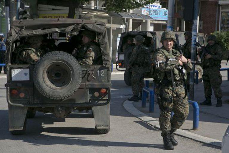 Policiais em Kumanovo, neste domingo.