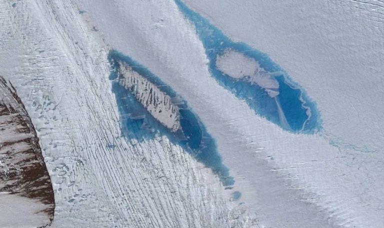 Imagens de satélite de lagos azuis sobre a geleira Langhovde.