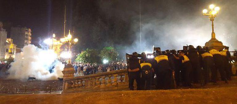 Confrontos entre manifestantes e policial em Tucumán (Argentina).