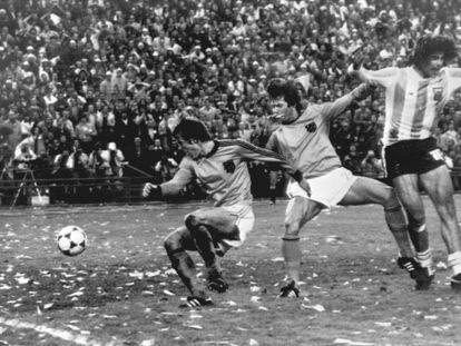 Kempes marca um gol ao lado de Krol e Poortvliet, em 1978.