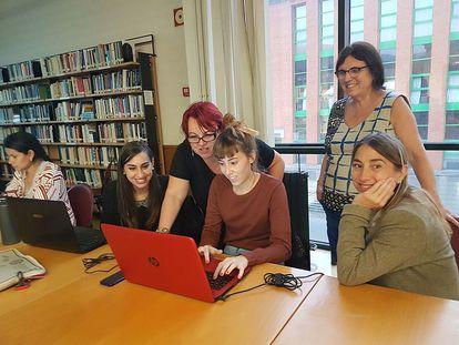 Montserrat Boix dá instruções para editar a Wikipedia durante a 'editatona' pelo Dia das Escritoras, em Oviedo em 2016.
