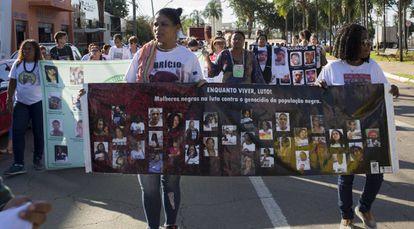 No centro da foto, Gláucia dos Santos protesta pela morte de seu filho Fabrício.