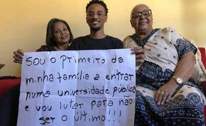 João da Silva cuja foto em um ato pela educação no Rio de Janeiro viralizou em maio.