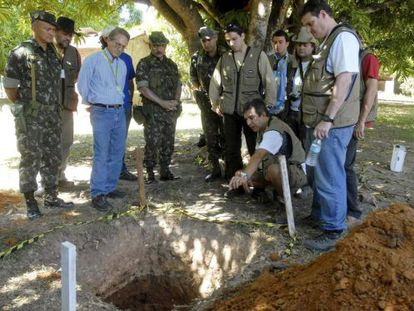 Forenses e deputados em uma fossa com ossos da guerrilha do Araguaia.