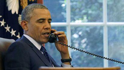 Obama fala pelo telefone no Salão Oval.