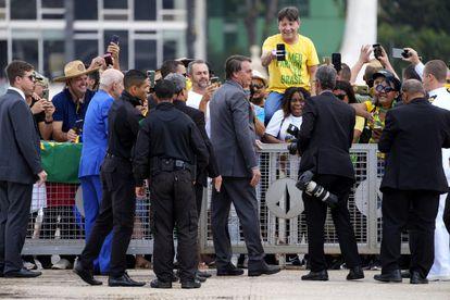 Bolsonaro diante de apoiadores no Palácio do Planalto, nesta segunda-feira.