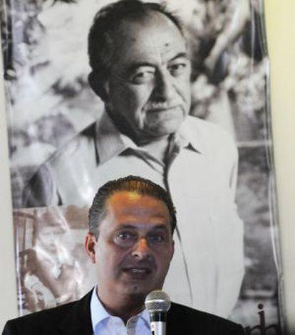 Campos à frente de retrato do avô Miguel Arraes.