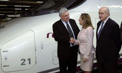 Ana Pastor, ministra de Fomento, cumprimenta o ministro delegado de Transporte da França, Frédéric Cuvillier.