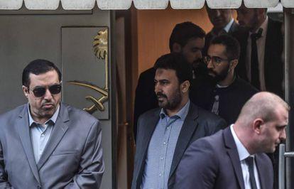 Seguranças sauditas deixam o consulado do seu país na Turquia, sob protestos, nesta terça-feira.