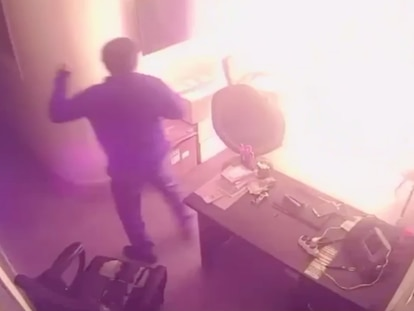 Câmera de segurança capta imagem do vigilante presenciando o ataque com coquetéis molotov na sede do Porta dos Fundos, na madrugada do dia 24 de dezembro.