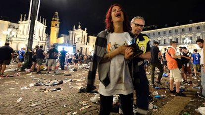 Uma torcedora da Juventus é retirada da Piazza San Carlos, no centro de Turim.