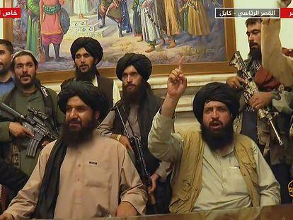 Um grupo militantes do Talibã no palácio presidencial de Cabul, em uma imagem da Al Jazeera exibida em 16 de agosto. Em vídeo, o Talibã toma o Palácio presidencial de Cabul.