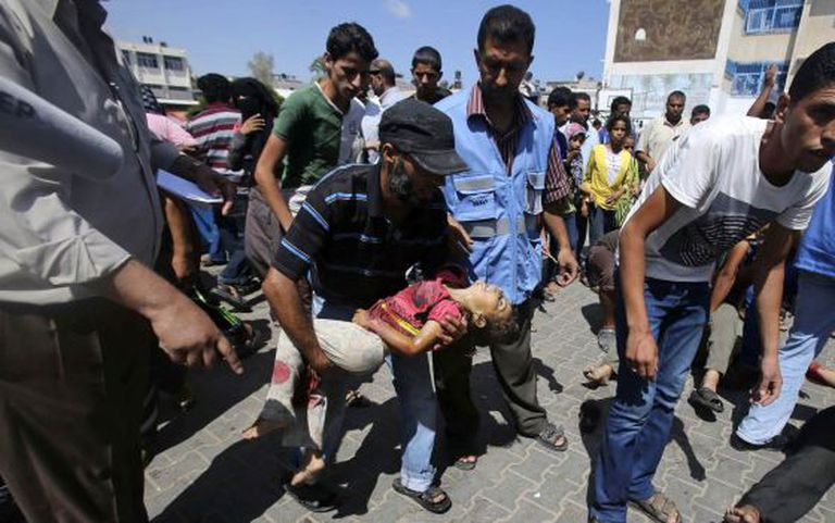 Uma criança morta durante o bombardeio da escola de Rafah, em Gaza.