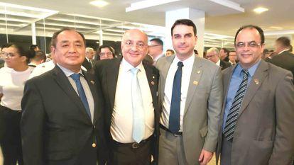Na foto, pastor Amilton Gomes ao lado do senador Flávio Bolsonaro.