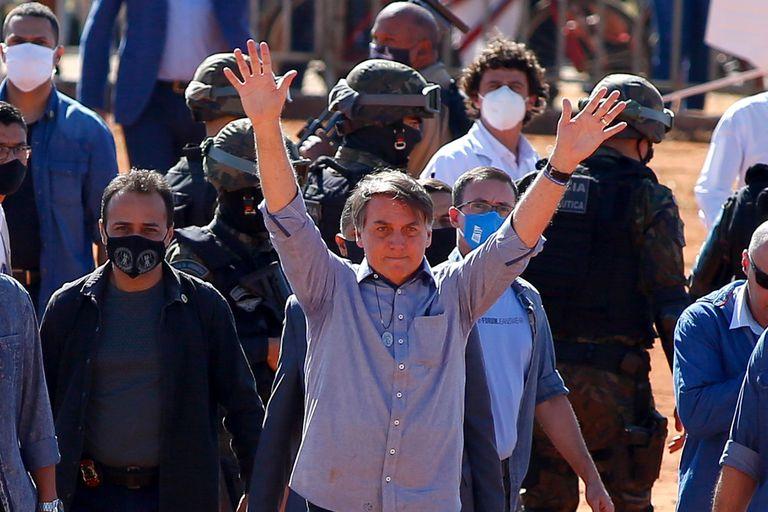 O presidente Jair Bolsonaro cumprimenta apoiadores durante a inauguração de um hospital federal de campanha em Águas Lindas, Goiás, nesta sexta-feira.