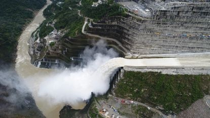 Hidroituango é formado por uma barragem de 225 metros de altura e 20 milhões de metros cúbicos de volume.