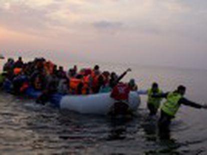 As autoridades gregas trasladam refugiados que chegaram antes do acordo a portos continentais. Duas crianças morrem no Egeo