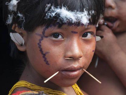 Menina yanomami da comunidade Hutukara. No último dia 10, um adolescente da mesma etnia morreu de coronavírus.