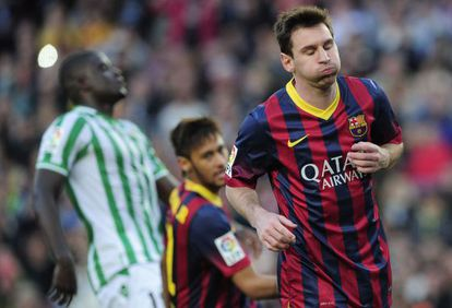 Messi, com Neymar e N'Diaye atrás, no sábado passado.