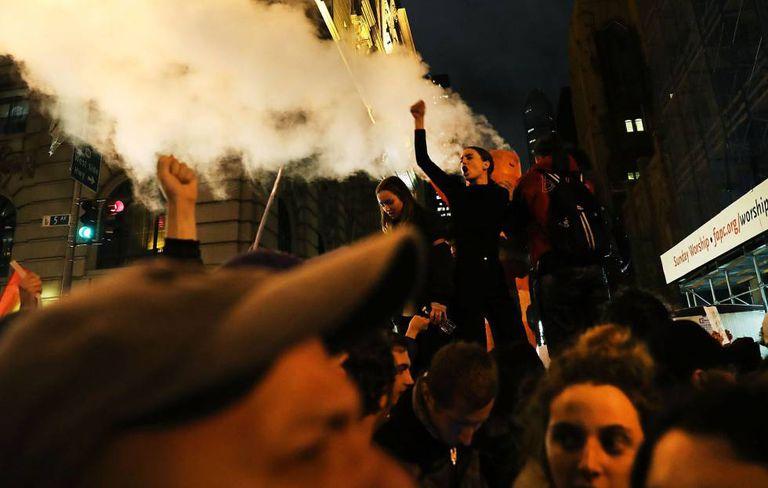Manifestantes anti-Trump na Quinta Avenida de Nova York, nesta quarta-feira.