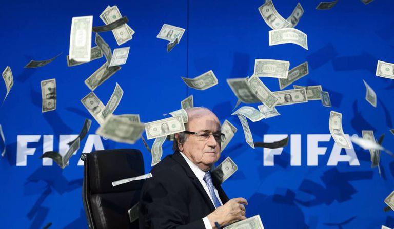 Blatter entre notas que foram lançadas em um protesto.