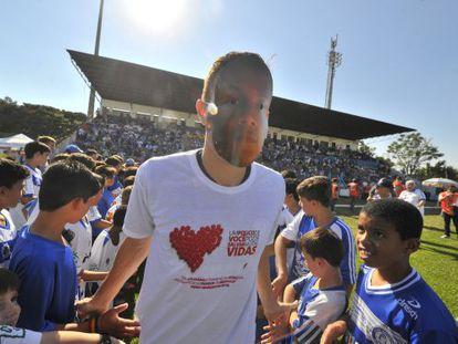 Jogadores do Inter e Aimoré homenageiam Márcio Chagas da Silva.