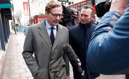 Alexander Nix, presidente da Cambridge Analytica, chegando a seu escritório no centro de Londres nesta terça-feira.