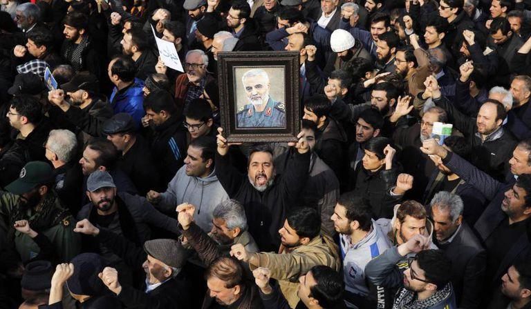 Iranianos protestam em Teerã contra ataque que matou o general Soleimani.