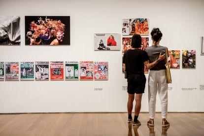 Um casal contempla, na quarta-feira passada, algumas das publicações incluídas na exposição do IMS para ilustrar o contexto histórico dos retratos de Schwartz.