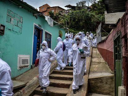 Agentes da Prefeitura de Bogotá fazem pesquisa entre moradores de comunidade da capital colombiana.