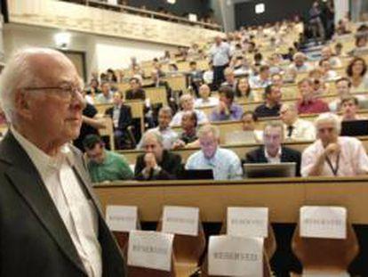 Peter Higgs, ovacionado na conferência CERN.