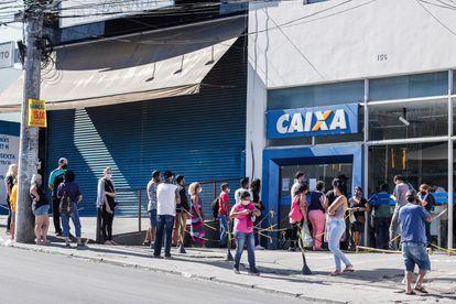 Fila na frente de uma agência da Caixa em São Paulo, onde muitas pessoas buscavam retirar o auxílio emergencial.