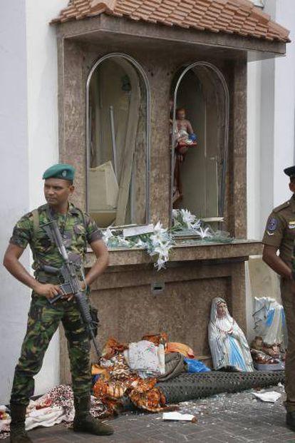 Soldados em uma igreja de Colombo.